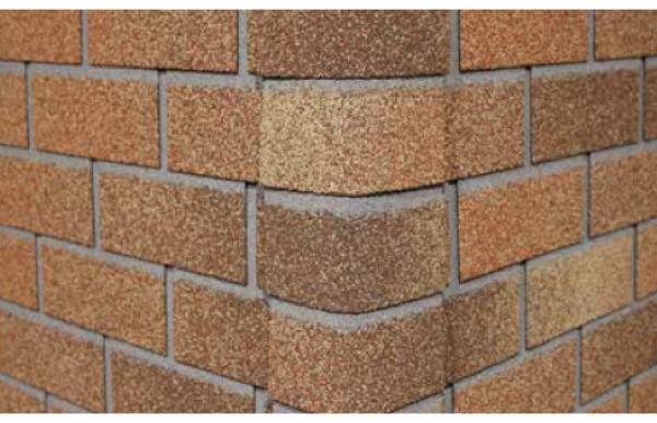 Оформление угла дома фасадной битумной плиткой