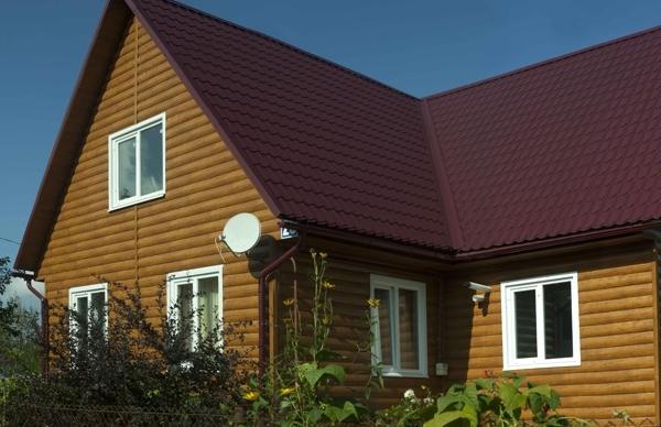 Коричневый сайдинг в сочетании  с темно-вишневой крышей