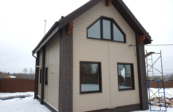 Виниловый сайдинг и фасадные панели на углах дома