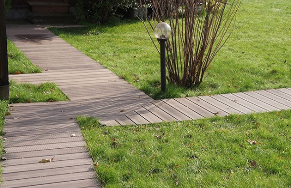 Террасная доска из дпк в оформлении садовых дорожек
