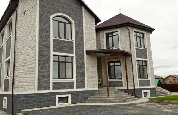 Дом, оформленный фасадными панелями под камень производителя Docke