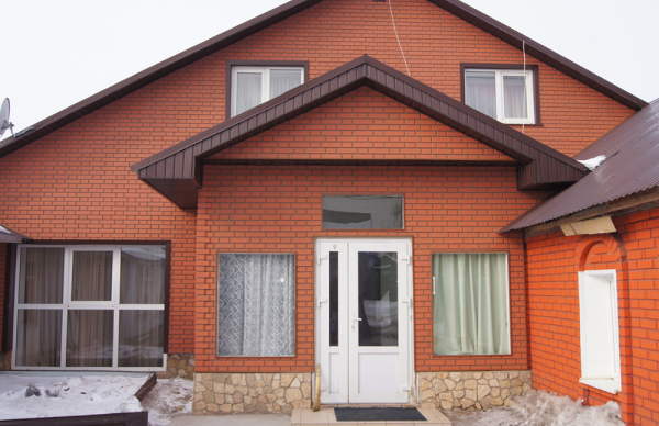 Так выглядит дом, оформленный цокольным сайдингом Кирпич Клинкерный Альта Профиль