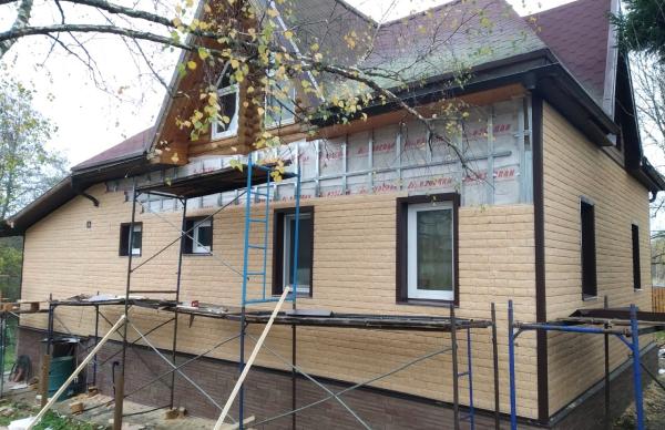 """Дом в процессе установки фасадных панелей сотрудниками """"АВИ"""""""