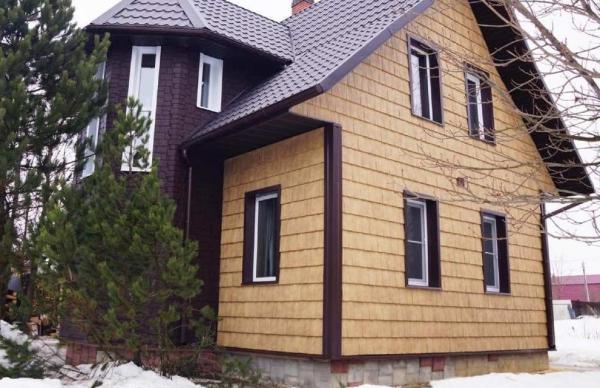 Дом, оформленный фасадными панелями Я-Фасад Сибирская дранка