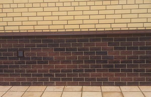 Так выглядит цоколь, обшитый фасадными панелями Альта Профиль Кирпич