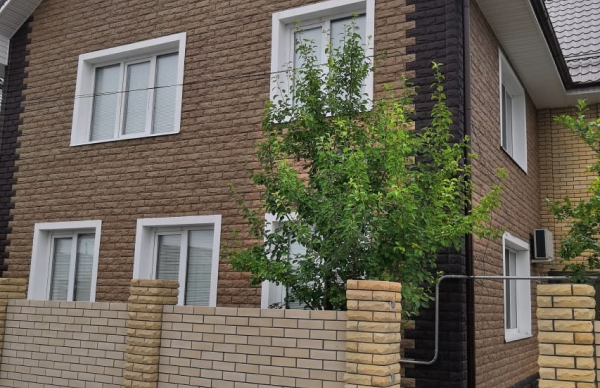 Сочетание оттенков Каширский и Чеховский на одном фасаде