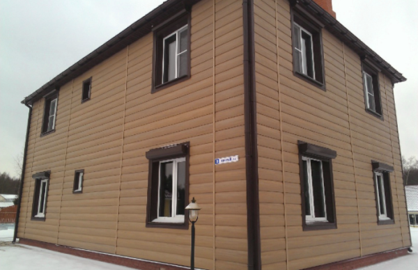 Дом, обшитый Tecos Natural wood effect блок хаус в цвете Канадский Дуб